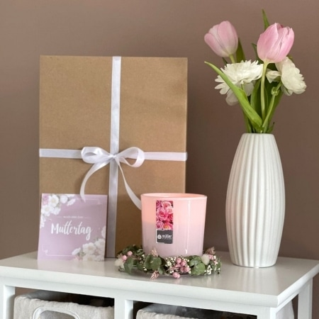 """Geschenkbox """"Muttertag"""" mit handgefertigem Blumenkranz und Karte"""